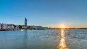 Mooie zonsopgang in Groot kanaal over vierkante timelapse van San Marco Mening van Kerk van Santa Maria della Salute, Venetië stock videobeelden