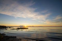Mooie zonsopgang in het overzees bij het wilde strand stock foto's