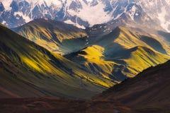 Mooie zonsopgang met bergen en weiden in Ushguli, Svaneti, Georgië Stock Afbeelding