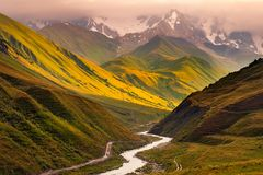 Mooie zonsopgang met bergen, rivier en weiden in Ushguli, Georgië Royalty-vrije Stock Foto's