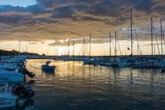 Mooie zonsopgang met het bedreigen van wolken en een rode zon Stock Afbeelding
