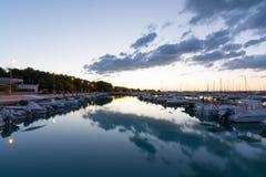 Mooie zonsopgang met het bedreigen van wolken en een rode zon Royalty-vrije Stock Foto