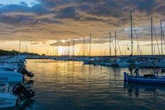 Mooie zonsopgang met het bedreigen van wolken en een rode zon Stock Afbeeldingen