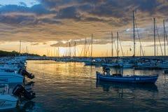 Mooie zonsopgang met het bedreigen van wolken en een rode zon Stock Foto