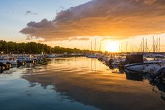 Mooie zonsopgang met het bedreigen van wolken en een rode zon Royalty-vrije Stock Afbeeldingen