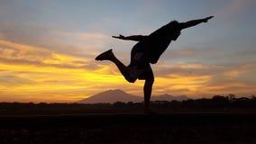 Mooie zonsopgang met mensenschaduw stock afbeelding