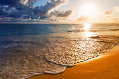 Mooie zonsopgang op Caraïbisch strand Stock Foto's