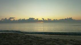 Mooie zonsopgang op het overzees stock footage