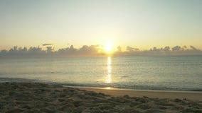 Mooie zonsopgang op het overzees stock videobeelden