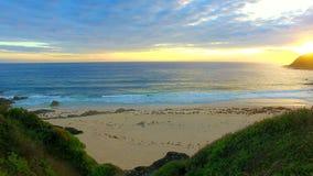 Mooie zonsopgang op het strand, een vreedzame achtergrond stock footage