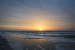 Mooie zonsopgang op zee, golven, strand Stock Foto's