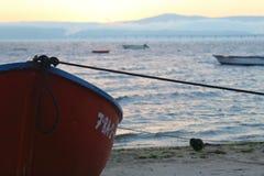Mooie zonsopgang over een oude houten vissersboot royalty-vrije stock afbeelding