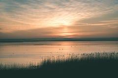 mooie zonsopgang over het meer van het land - uitstekende groen ziet eruit stock foto's