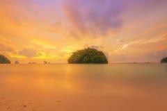 Mooie zonsopgang over het tropische strand, Thailand Royalty-vrije Stock Afbeeldingen