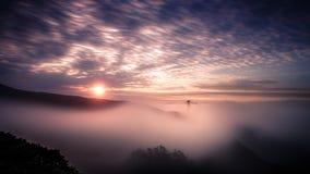 Mooie zonsopgang over mistig Golden gate bridge Stock Afbeelding