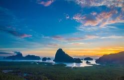 Mooie zonsopgang van sa-ontmoeten-nang-zij oriëntatiepunt in Phang-nga royalty-vrije stock afbeelding