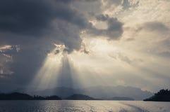 Mooie zonstralen door de wolken over bergen, die lig gelijk maken Royalty-vrije Stock Afbeeldingen