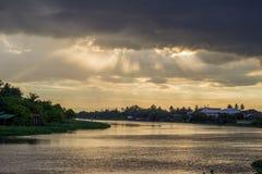 Mooie zonstralen en hemel over Tha-de Kin van Kin riverMaenam Tha, Nakhon Pathom, Thailand stock fotografie