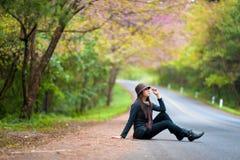 Mooie zuiden Aziatische meisje en bloemen Stock Afbeeldingen