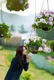 Mooie zuidoostaziatische meisje en bloemen Royalty-vrije Stock Foto