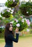 Mooie zuidoostaziatische meisje en bloemen Royalty-vrije Stock Afbeeldingen