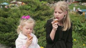 Mooie zusters die roomijs eten stock video