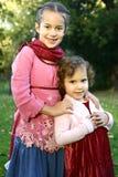 mooie zusters die van het park genieten Stock Foto's