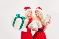Mooie zusterstweelingen in de de rode kleren en hoeden van de Kerstman Royalty-vrije Stock Fotografie