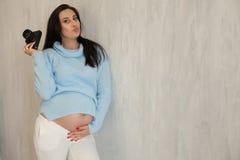 Mooie zwangere donkerbruine het portretbevalling van de vrouwenfotograaf stock afbeeldingen