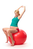 Mooie zwangere vrouw die gymnastiekbal gebruikt stock foto