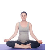 Mooie zwangere vrouw het praktizeren yoga Stock Foto