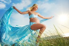 Mooie zwangere vrouw in openlucht royalty-vrije stock foto's