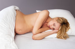 Mooie zwangere vrouwenslaap stock foto