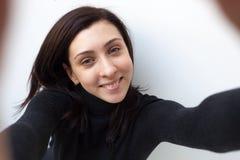 Mooie zwart-haired girldoes selfie royalty-vrije stock afbeelding