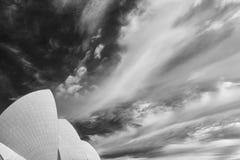 Mooie zwart-witte mening van een dramatische hemel boven het stadscentrum van Sydney, Australië stock foto