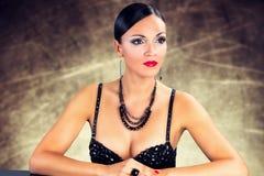 Mooie zwarte haarvrouw die rode lipsick dragen Royalty-vrije Stock Afbeelding
