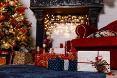 Mooie zwarte open haard met Kerstmisslinger stock foto
