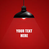 Mooie zwarte tegenhangerlamp op rode achtergrond met tekst royalty-vrije stock foto