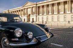 Mooie zwarte uitstekende die auto voor het Louvremuseum wordt geparkeerd, Parijs, Frankrijk stock afbeeldingen
