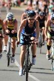 MOOLOOLABA,澳大利亚- 9月14 :未认出的参加者在阳光的周期腿沿岸航行2014年9月14日的三项全能寸 免版税库存照片
