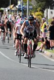 MOOLOOLABA, ΑΥΣΤΡΑΛΙΑ - 14 ΣΕΠΤΕΜΒΡΊΟΥ: Μη αναγνωρισμένοι συμμετέχοντες στο πόδι κύκλων της ακτής ηλιοφάνειας triathlon στις 14 Σ Στοκ φωτογραφία με δικαίωμα ελεύθερης χρήσης