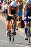 MOOLOOLABA, ΑΥΣΤΡΑΛΙΑ - 14 ΣΕΠΤΕΜΒΡΊΟΥ: Μη αναγνωρισμένοι συμμετέχοντες στο πόδι κύκλων της ακτής ηλιοφάνειας triathlon στις 14 Σ Στοκ Φωτογραφίες