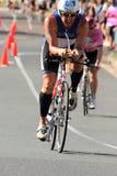 MOOLOOLABA, ΑΥΣΤΡΑΛΙΑ - 14 ΣΕΠΤΕΜΒΡΊΟΥ: Μη αναγνωρισμένοι συμμετέχοντες στο πόδι κύκλων της ακτής ηλιοφάνειας triathlon στις 14 Σ Στοκ εικόνα με δικαίωμα ελεύθερης χρήσης