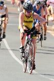 MOOLOOLABA, AUSTRÁLIA - 14 DE SETEMBRO: Os participantes não identificados no pé do ciclo da luz do sol costeiam o triathlon o 14 Imagens de Stock