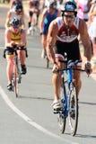 MOOLOOLABA, AUSTRALIË - SEPTEMBER 14: Niet geïdentificeerde deelnemers in cyclusbeen van het triatlon van de zonneschijnkust op 1 royalty-vrije stock afbeelding