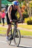 MOOLOOLABA, AUSTRALIA - 14 DE SEPTIEMBRE: Los participantes no identificados en la pierna del ciclo de la sol costean triathlon e Fotografía de archivo