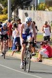 MOOLOOLABA, AUSTRALIA - 14 DE SEPTIEMBRE: Los participantes no identificados en la pierna del ciclo de la sol costean triathlon e Imagenes de archivo