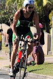 MOOLOOLABA, AUSTRALIA - 14 DE SEPTIEMBRE: Los participantes no identificados en la pierna del ciclo de la sol costean triathlon e Imágenes de archivo libres de regalías