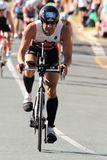 MOOLOOLABA, AUSTRALIA - 14 DE SEPTIEMBRE: Los participantes no identificados en la pierna del ciclo de la sol costean triathlon e Foto de archivo libre de regalías