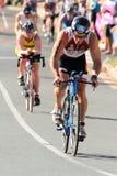 MOOLOOLABA, AUSTRALIEN - 14. SEPTEMBER: Nicht identifizierte Teilnehmer an Zyklusbein des Sonnenscheins fahren Triathlon am 14. S lizenzfreies stockbild
